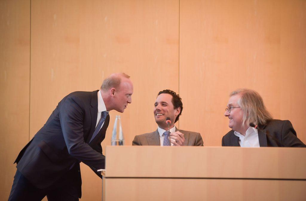Der neue Finanzbürgermeister Thomas Fuhrmann (links) holt sich die ersten Tipps vom neuen Erstern Bürgermeister Fabian Mayer (Mitte) und Baubürgermeister Peter Pätzold. Foto: Lichtgut/Max Kovalenko