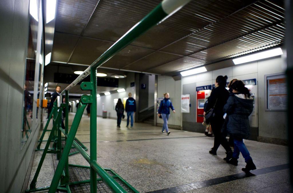 Am Bahnhof in Bad Cannstatt ist am Sonntagabend ein Rollstuhlfahrer ins Gleis gestürzt. Foto: Lichtgut/Max Kovalenko