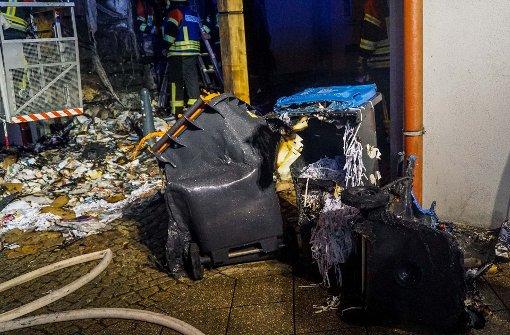 Unbekannter setzt mehrere Mülltonnen in Brand