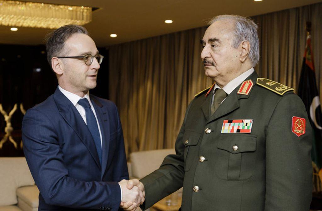 Libyen, Bengasi: General Chalifa Haftar (r.), ein Hauptakteur im libyschen Bürgerkrieg, begrüßt Heiko Maas (SPD), Bundesaußenminister, in seinem Hauptquartier im Nordosten von Libyen. Foto: dpa/Xander Heinl
