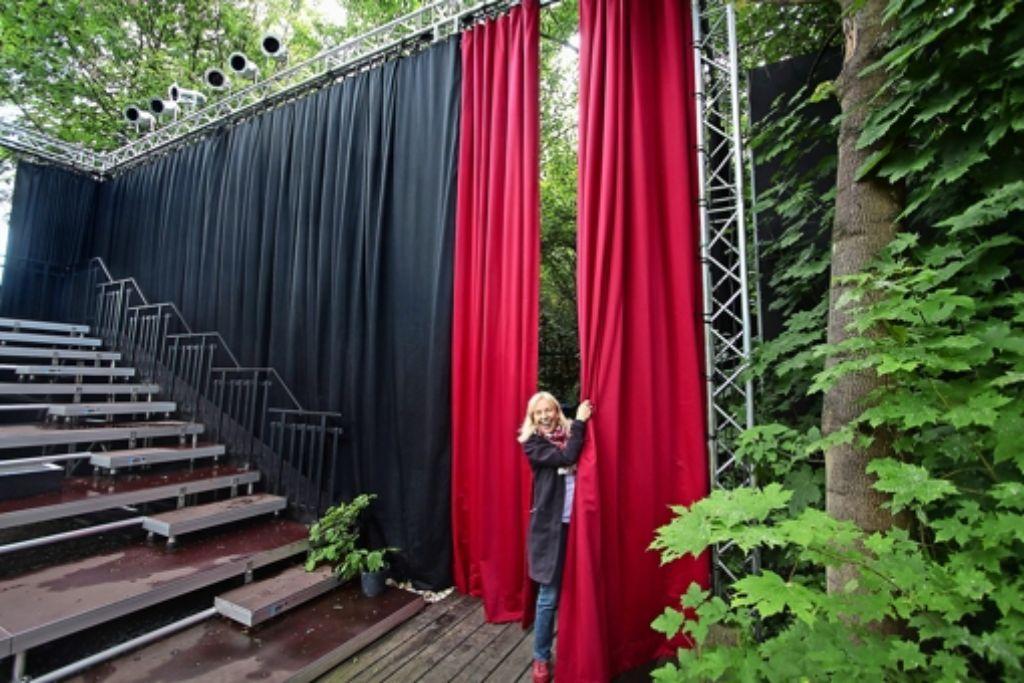Vorhang auf: Christiane Wolff zeigt, dass es im Clussgarten ab sofort Wände und Vorhänge gibt, die  nicht den Blick, wohl aber den Lärm behindern sollen. Foto: factum/Granville