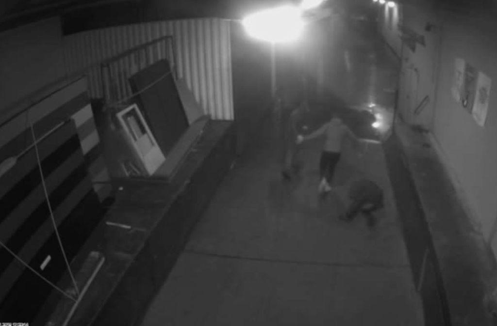 Nach der Attacke ist auf dem Video zu sehen, wie drei Unbekannte flüchten. Foto: Polizei Bremen