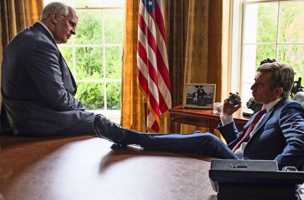 Die Demokratie wird ausgehebelt:  Christian Bale als  Dick Cheney (links)) und Sam Rockwell als  George W. Bush Foto: Verleih