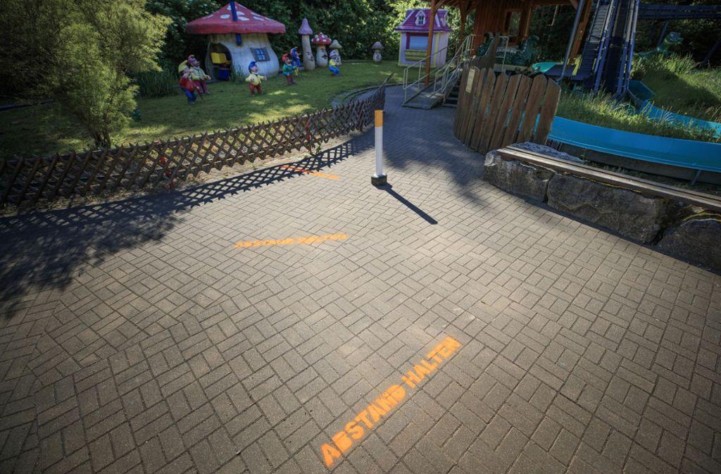 Abstand halten: das gilt auch vor den Fahrgeschäften   im Schwaben-Park. Foto: Gottfried Stoppel