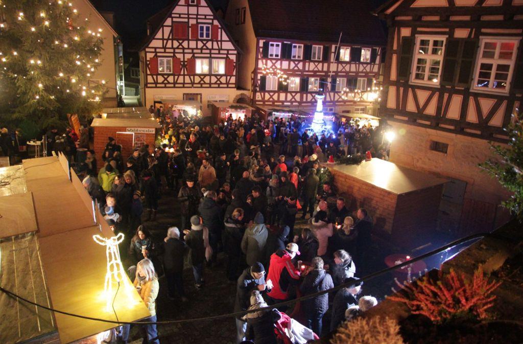 Der Weihnachtsmarkt in Waldenbuch ist gesäumt von Fachwerkhäusern, von denen es in der Altstadt reichlich gibt. Foto: Ralf Recklies