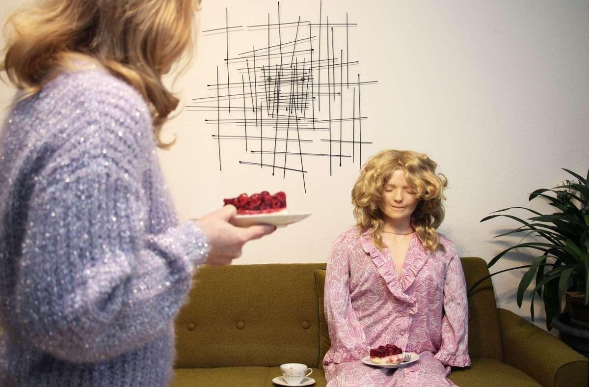 """""""Solo-Kaffeekränzchen"""" hat Jessica Rank ihr Bild genannt: Himbeertorte schmeckt in Gesellschaft einfach besser, deshalb hat sie die Beatmungspuppe """"Rescue-Annie""""  eingekleidet und zu Tisch gebeten. Foto: Jessica Rank"""