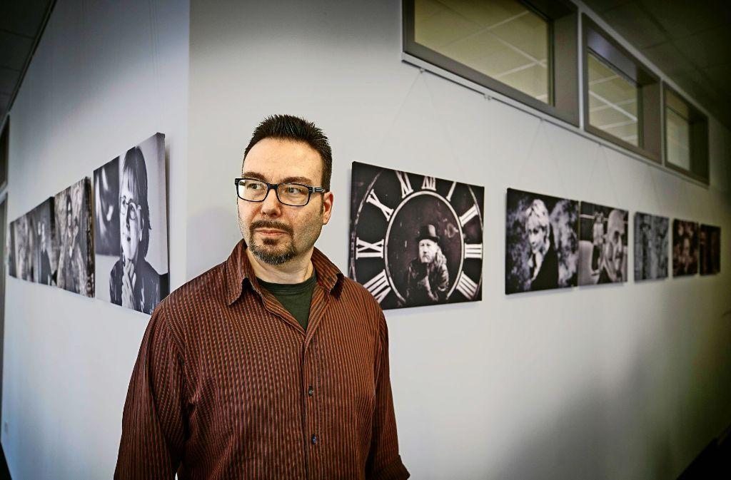 Wolfgang Irg  hat für seine Ausstellung rund 50 Künstler aus der Umgebung porträtiert. Foto: Gottfried Stoppel