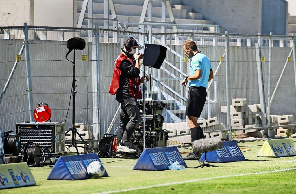 Schiedsrichter Sascha Stegemann schaut sich die Bilder an – und kann lange kein Handspiel von VfB-Stürmer Hamadi Al Ghaddioui erkennen. Foto: Baumann