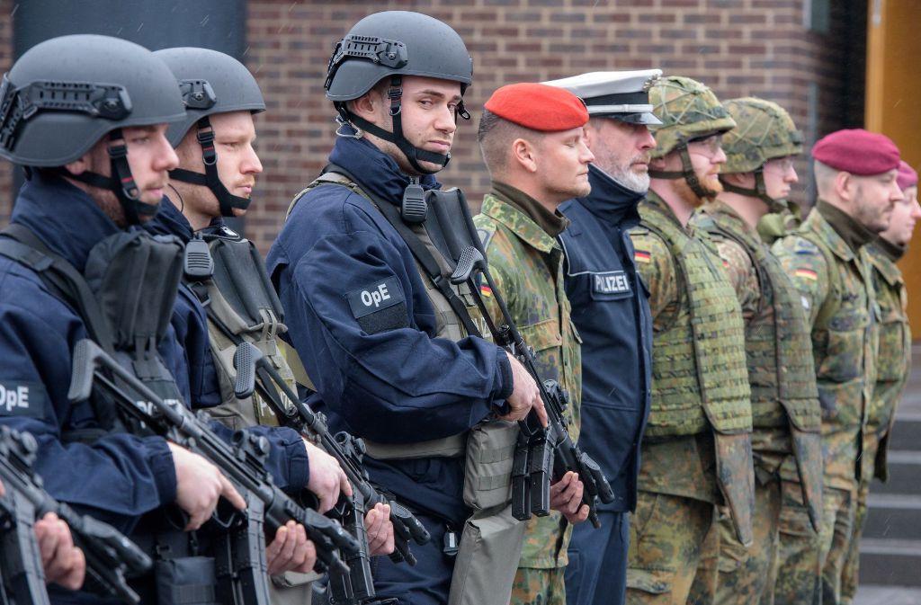 """Die Bundeswehr soll die Polizei in Hamburg unterstützen (hier bei der Übung """"Getex"""" im vorigen März): Soldaten können im Wege der sogenannten Amtshilfe jederzeit im Innern eingesetzt werden. Foto: dpa"""