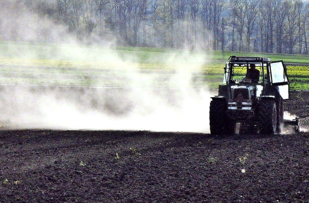 Es staubt. Monatelang sind die Filder-Landwirte  mit ihren Traktoren über trockene Felder gerattert. Foto: Factum/Weise