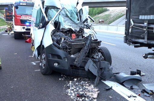 Transporter fährt in Stauende - Fahrer tödlich verletzt