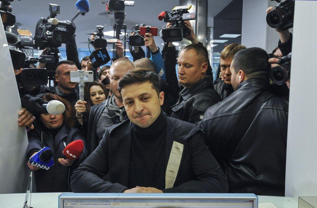 Seit er Ende Dezember seine Kandidatur bei der Präsidentschaftswahl in der Ukraine verkündet hat, schwimmt Wolodymyr Selenskyj (Mitte) auf einer Welle des Erfolgs. Foto: dpa