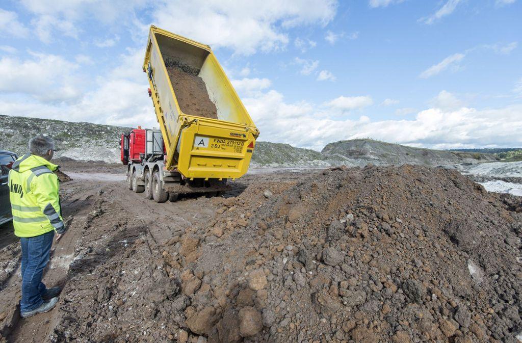 Können Erdaushub und Bauschutt künftig in einem Steinbruch im Kreis abgeladen werden? Foto: dpa