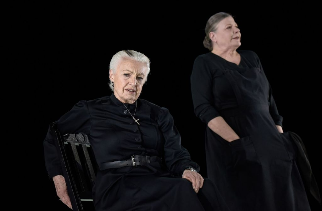 Nicole Heesters als Bernarda (links) und Anke Schubert als La Poncia . . . Foto: Thomas Aurin