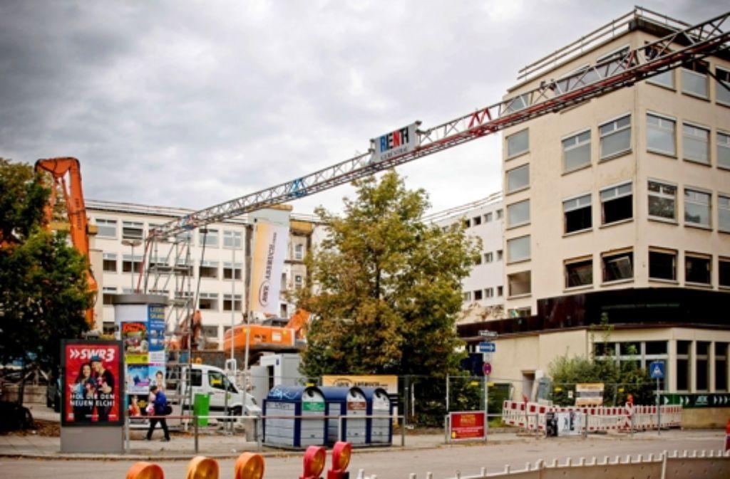 Der Abriss des AOK-Gebäudes im Westen hat begonnen. Foto: Lichtgut/Achim Zweygarth