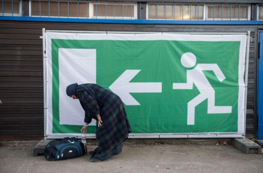 """Zu wenig Personal, zu viele Aufgaben: die Betreuer in den Flüchtlingsunterkünften sehen sich """"am Rande des Personalnotstands"""". Foto: dpa"""