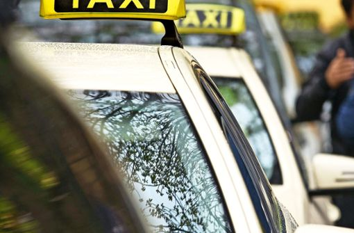 Männer treten Taxifahrer ins Krankenhaus