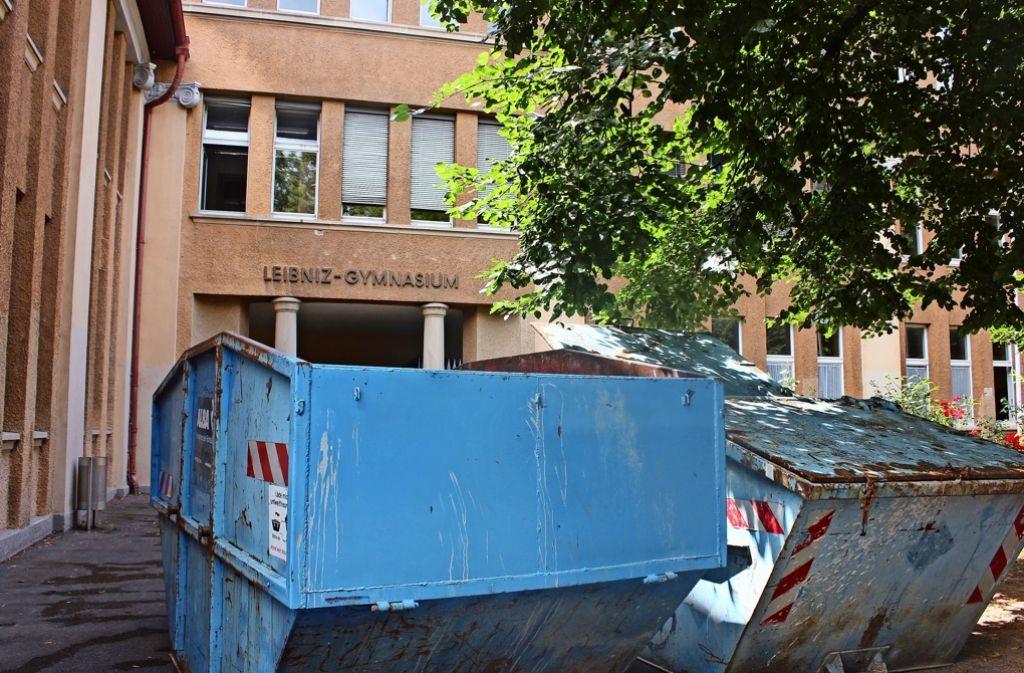 Die Container stehen schon bereit: Am denkmalgeschützten Leibniz-Gymnasium werden zunächst die Fenster an der Vorderseite ausgetauscht Foto: Torsten Ströbele