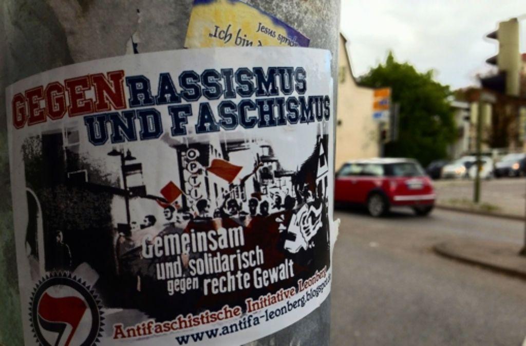 Die Antifaschisten machen sie durch Sticker bemerkbar. Foto: Sven Hahn