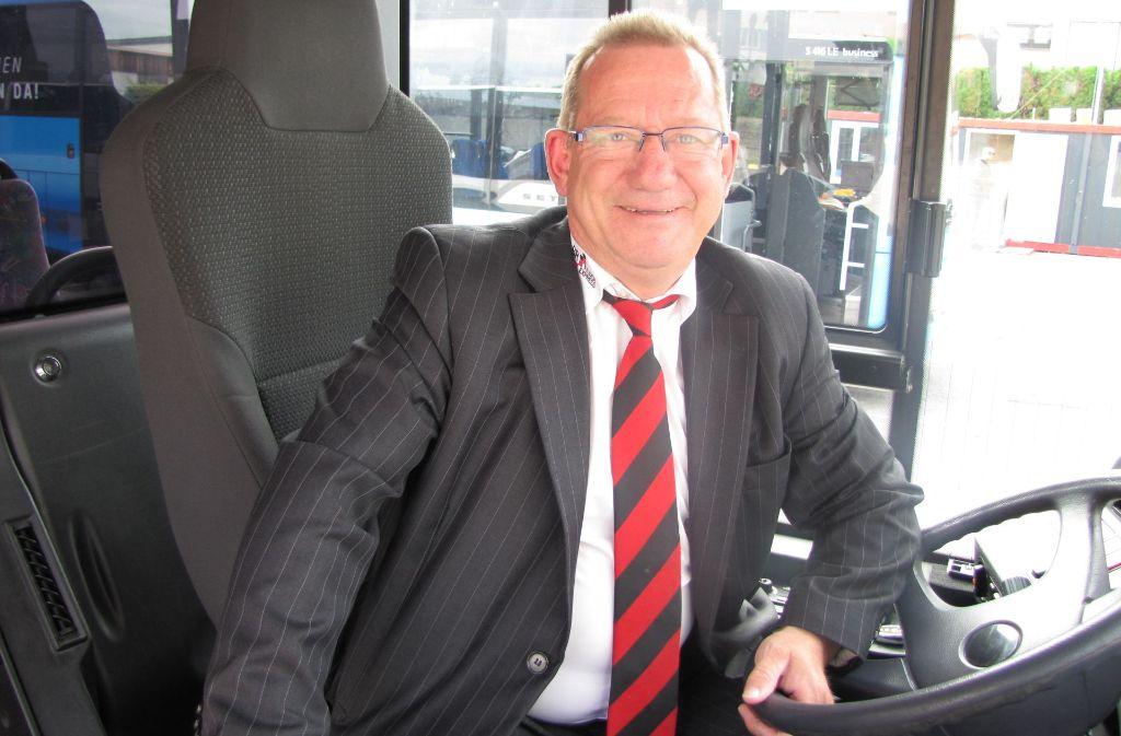 Der persönliche Kontakt ist ihm wichtig: Bevor Jürgen Deiß Busfahrer wurde, betrieb er eine Gaststätte. Foto: Eileen Breuer
