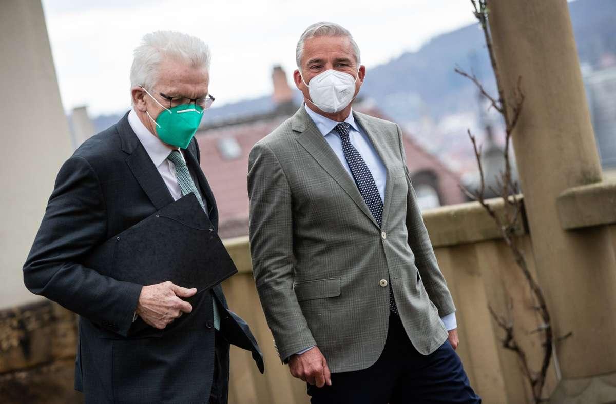 Winfried Kretschmann (Grüne) (links) und Thomas Strobl (CDU) arbeiten derzeit an einem gemeinsamen Koalitionsvertrag der grünschwarzen Regierung. (Archivbild) Foto: dpa/Christoph Schmidt