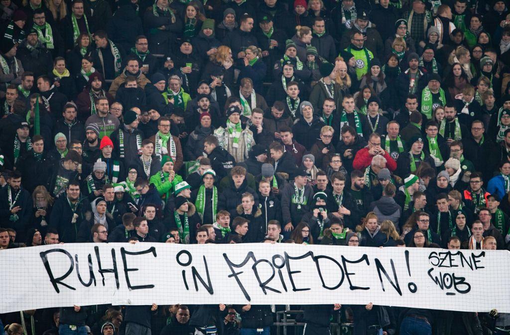 Beide Fanlager verzichteten ab Beginn der zweiten Hälfte auf Anfeuerungsrufe. Auch die VfL-Fans zeigen ihr Mitgefühl. Foto: dpa/Swen Pförtner