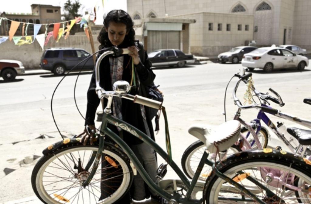 Wadjda (Waad Mohammed) hätte gerne ein Fahrrad. In Saudi-Arabien ist das ein skandalöser Wunsch für ein Mädchen. Foto: Koch Media