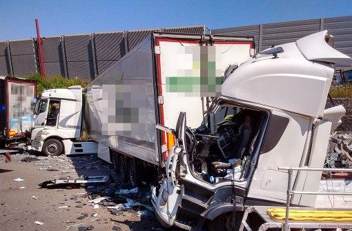 Lastwagenfahrer übersieht Stauende