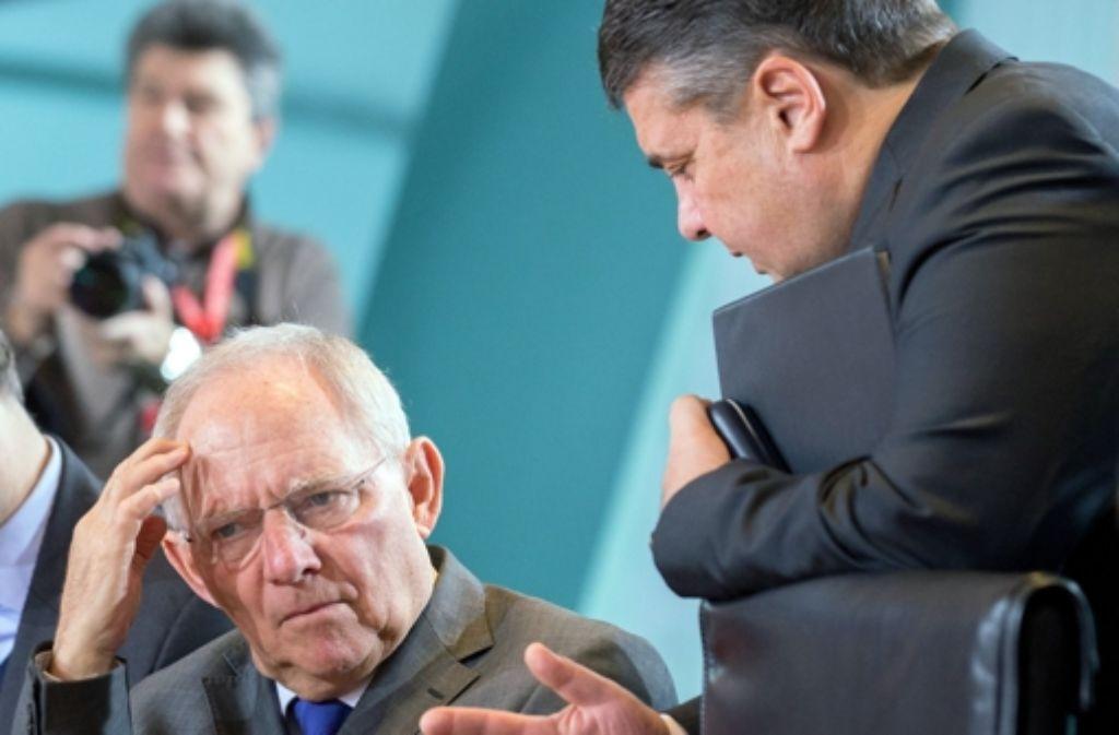 SPD-Chef Gabriel (rechts) fordert Milliarden von Finanzminister Schäuble; doch der reagiert barsch abweisend. Foto: dpa