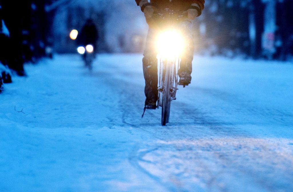Vor allem am frühen Morgen sollten Radfahrer auf Glätte vorbereitet sein. (Symbolbild) Foto: dpa/Julian Stratenschulte