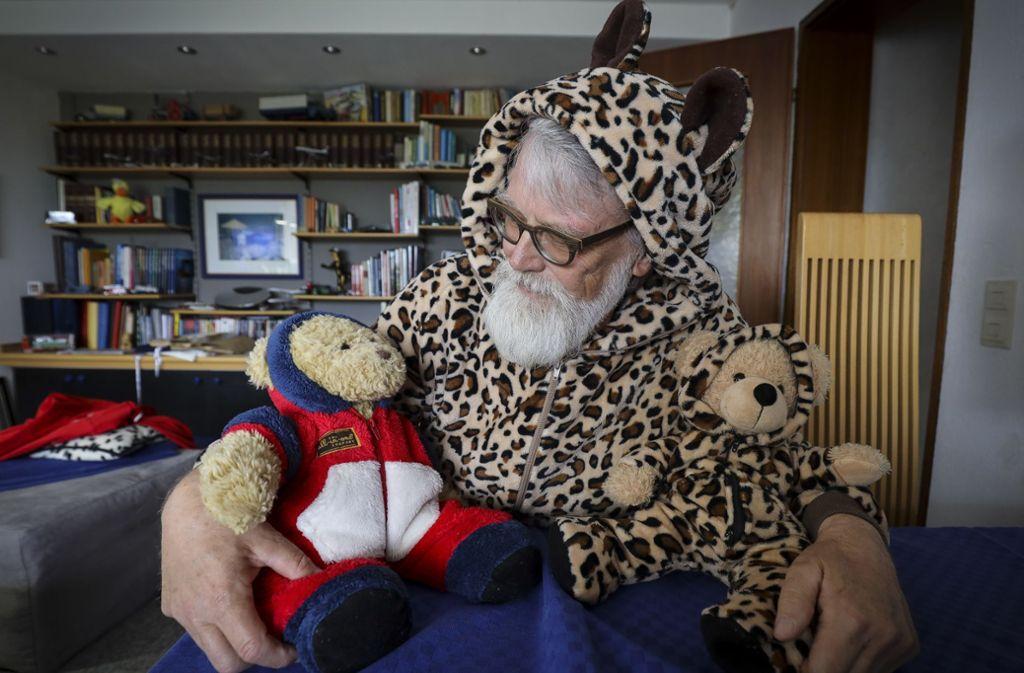 Über 50 Onesies hat Torsten Dümke in seinem Schrank – für seine zwei Teddybären hat er die dazu  passenden Strampelanzüge selbst genäht. Foto: factum/Weise