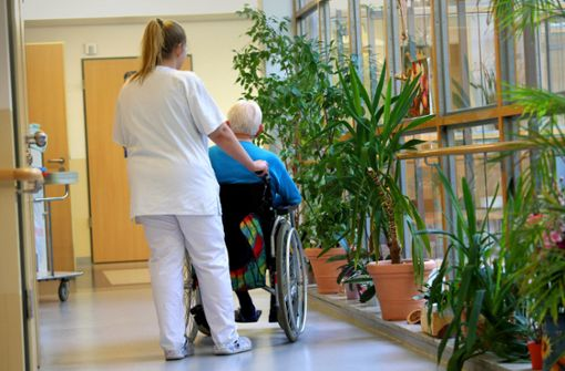 Krankenpfleger schauen in die Röhre