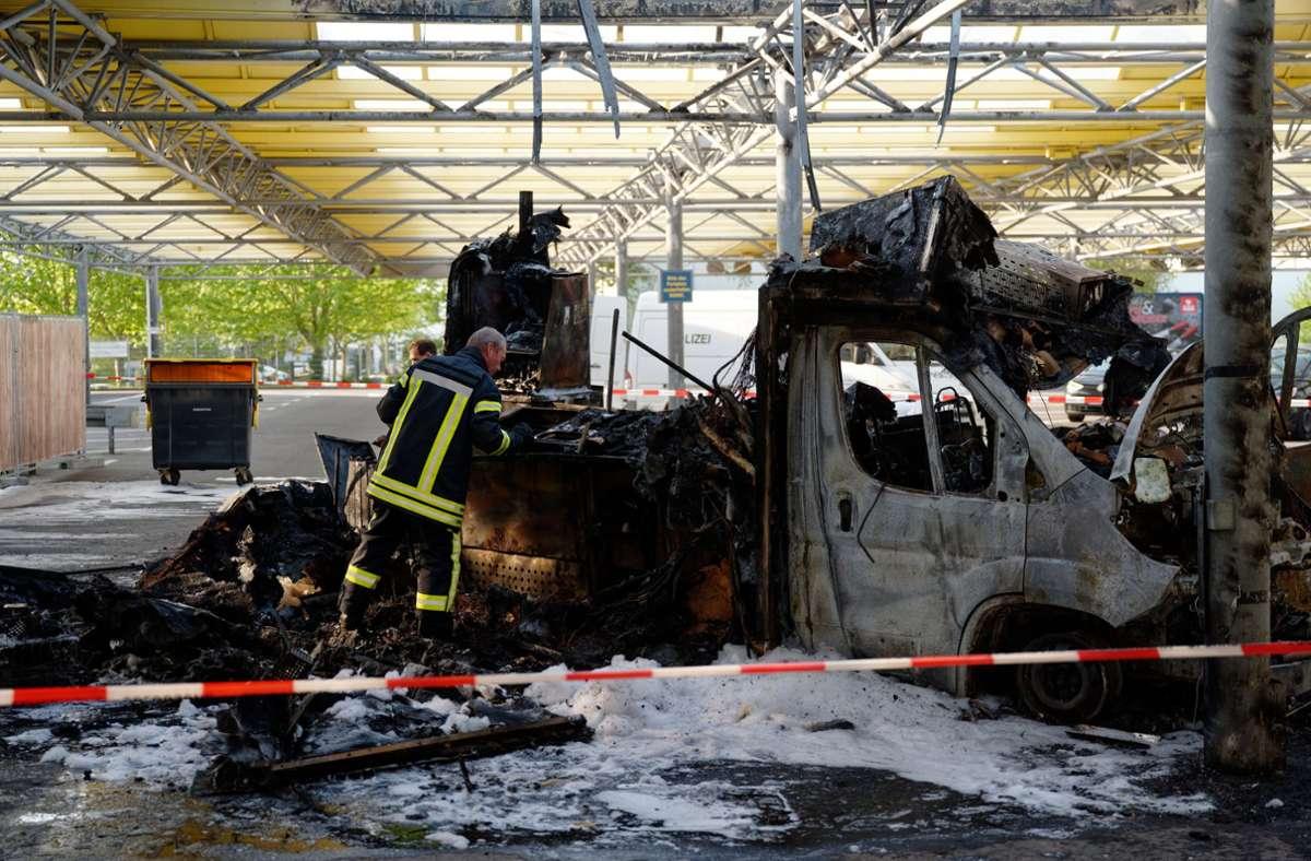 Der Reibekuchen-Truck war  auf dem Parkplatz eines Supermarkts inFrechen in Brand geraten. Foto: dpa/Henning Kaiser
