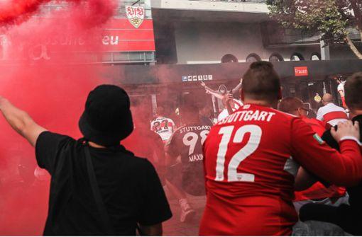 VfB-Fans feiern trotz Corona vor dem Stadion