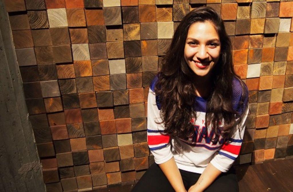 Asli Kaymaz (23) arbeitet bei Chimperator Live, ist als Spinnup-Talent-Scout unterwegs und Teil der neuen Plattenfirma TRAY Recordings. Foto: Laura Müller-Sixer