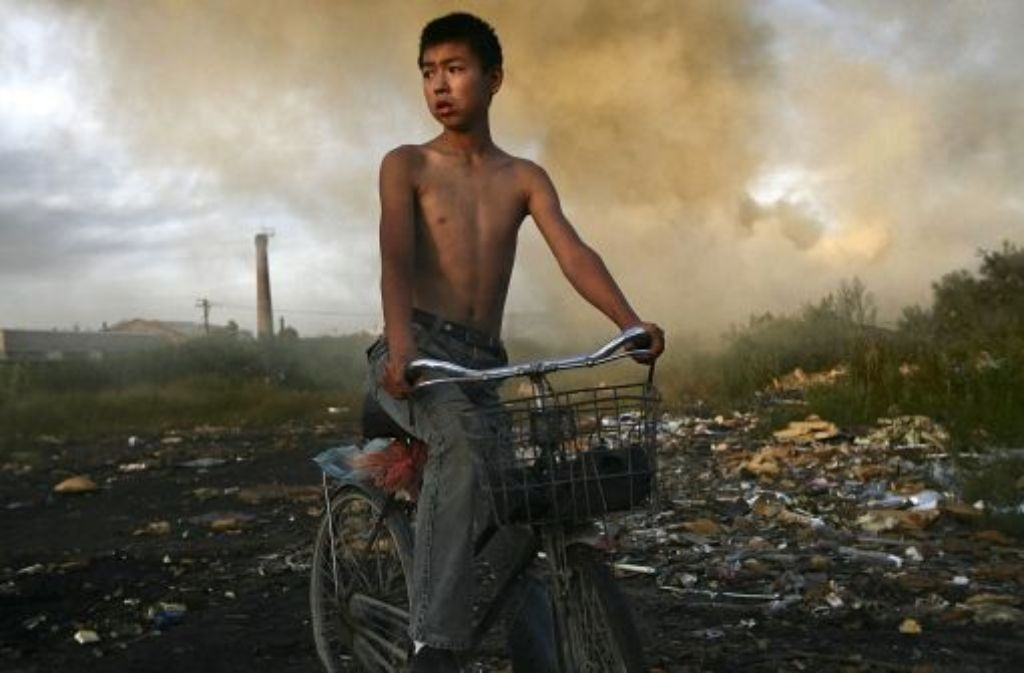 Chinesische Müllentsorgung: ein Abfallberg hat Feuer gefangen. Foto: dapd