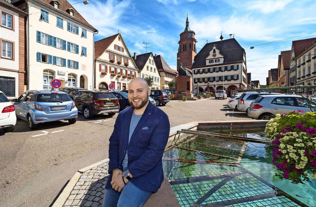 Frohnmaier  will ins Weiler Rathaus. Auf dem davor Marktplatz hat unser Fotograf ihn für die Bundestagswahl porträtiert Foto: factum/Weise