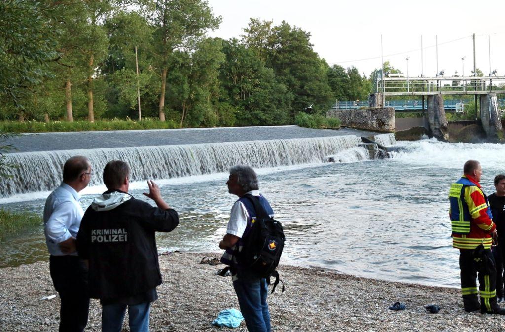 Einsatzkräfte am Unfallort: Zwei Menschen sind in der Donau ertrunken. Foto: dpa