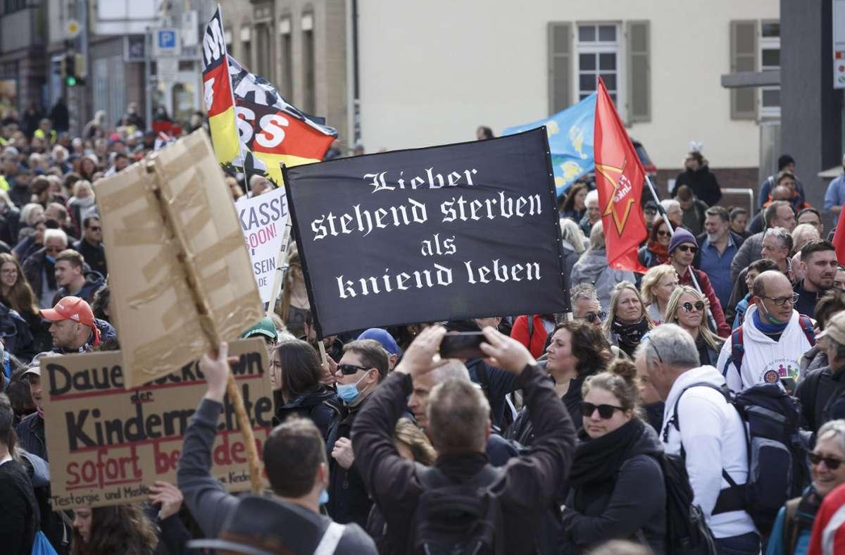 Kaum ein Teilnehmer bei den Corona-Demos in Stuttgart hielt sich an Abstandsregeln und Maskenpflicht. Foto: Lichtgut/Julian Rettig