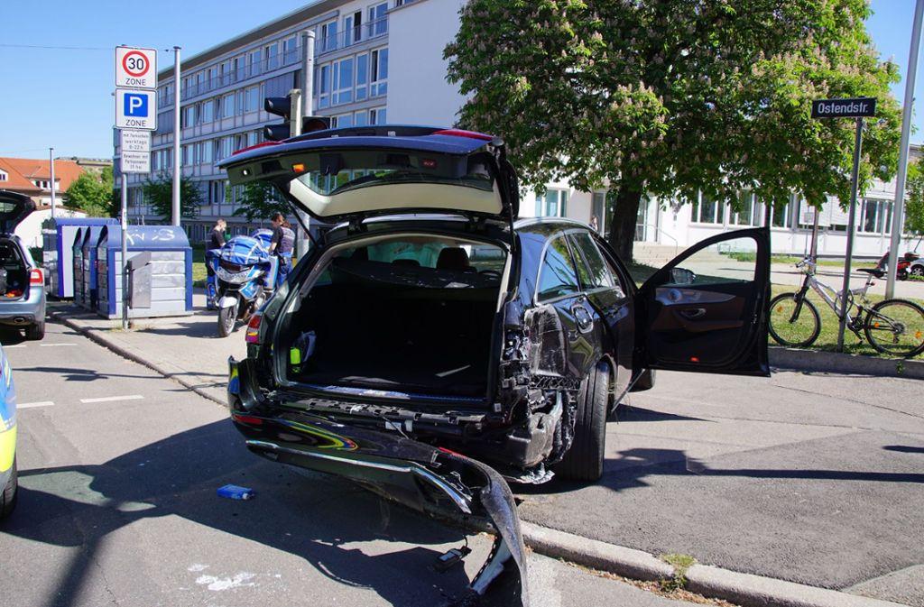 Der Mercedes wurde nach dem Zusammenprall mit dem Lkw auch noch auf den Mast einer Ampelanlage geschleudert. Foto: SDMG