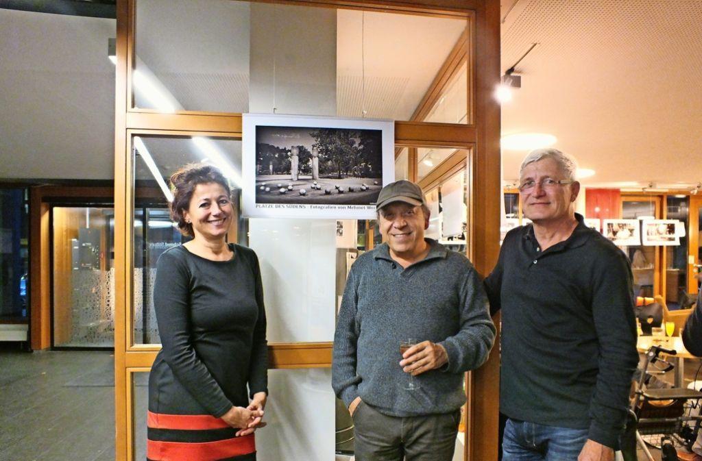 """Carola Hägele hat die Ausstellung """"Plätze des Südens"""" mit Fotos von Mehmet Werner (Mitte) organisiert, Rupert Kellermann Foto: Saskia Dreßler"""