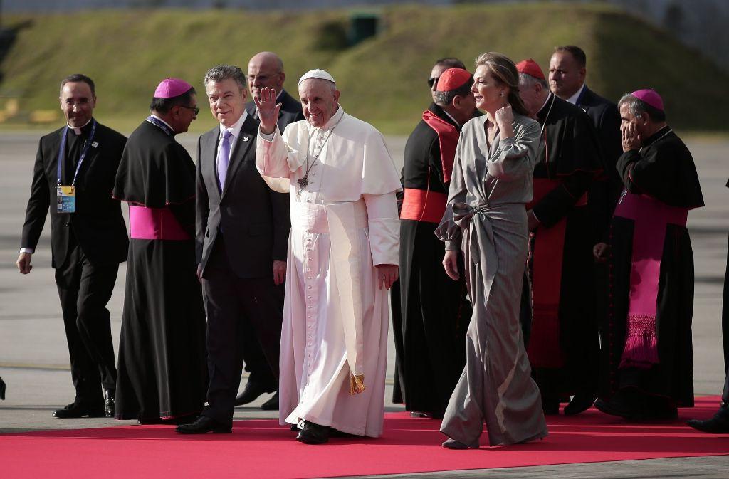 Kolumbiens Präsident Juan Manuel Santos (dritter von links) und seine Frau empfangen Papst Fanziskus in  Bogotá. Foto: colprensa