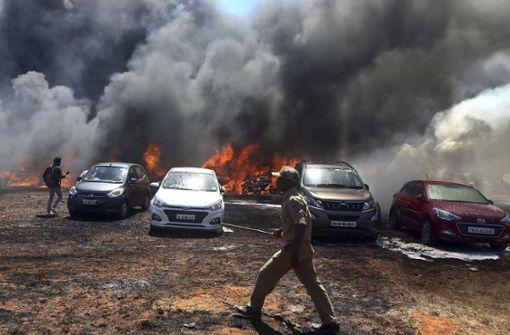 300 Autos brennen auf Parkplatz aus