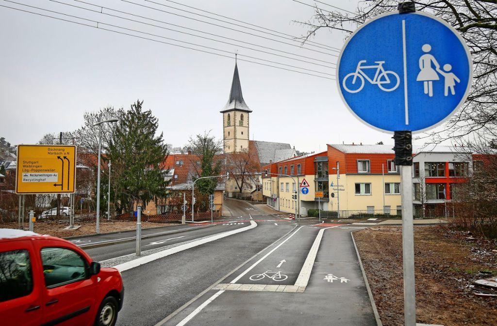 Jahrelanger Zankapfel: Um den Radweg an der Marbacher Straße wurde heftig gestritten, Kritiker befürchteten mehr Staus. Seit wenigen Wochen ist er fertig. Foto: factum/Archiv