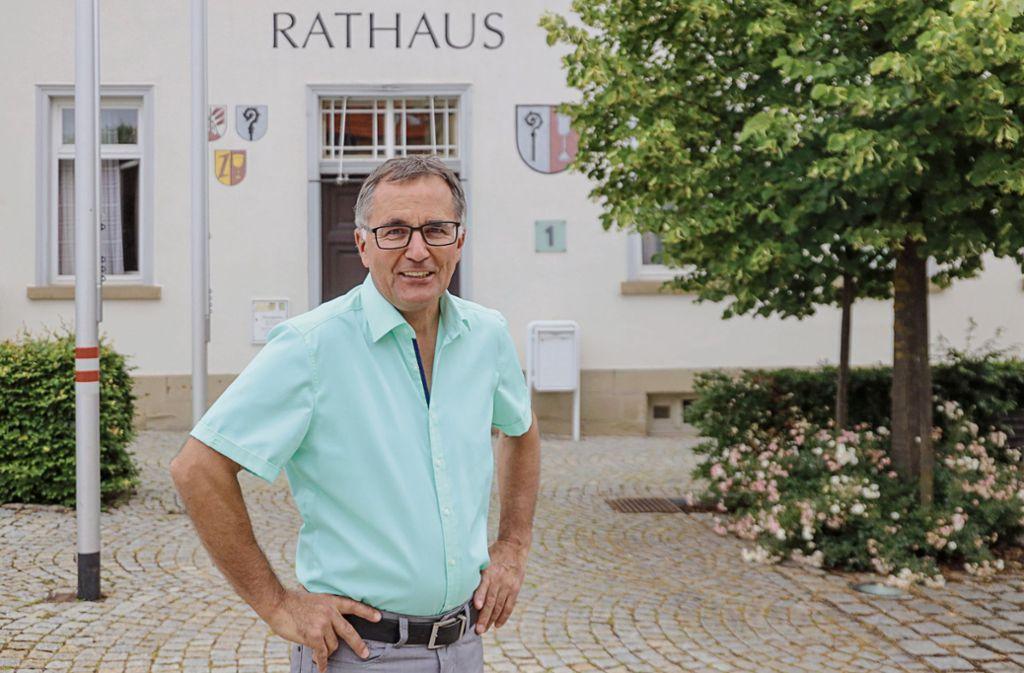 Noch drei Monate im Amt: Johannes Buchter vor dem Rathaus Foto: factum/