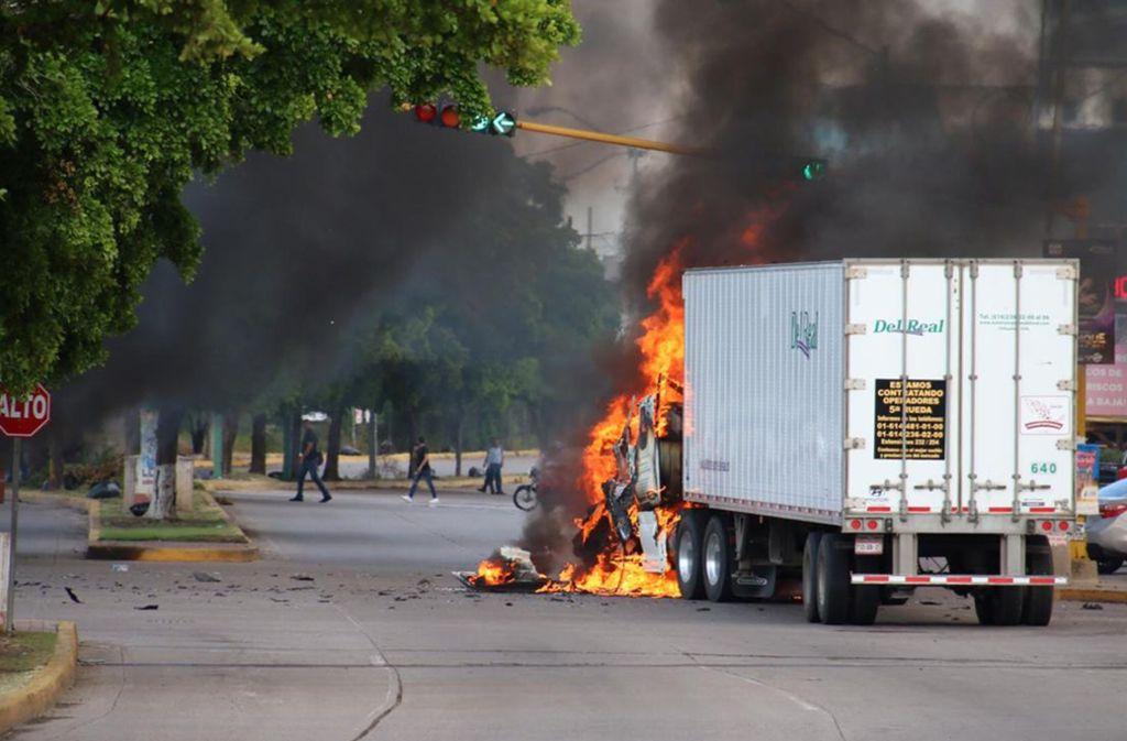 """In den Straßen der mexikanischen Stadt Culiacán herrscht das totale Chaos: Bandenmitglieder lieferten sich stundenlange Schusswechsel mit der Polizei und steckten Autos in Brand, nachdem ihr """"Boss"""", der Sohn des in USA inhaftierten """"El Chapo"""" Guzmán, verhaftet worden war. Foto: AFP/STR"""