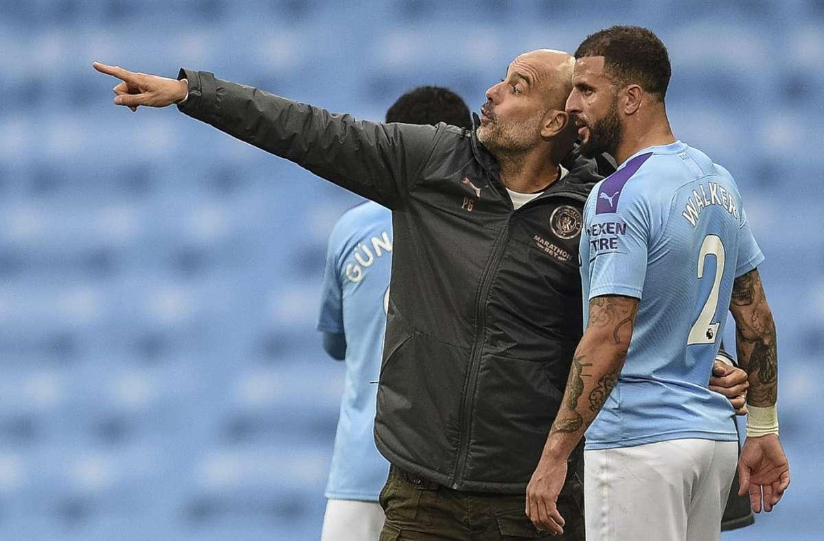 Da wollen wir hin: City-Coach Pep Guardiola weist Kyle Walker den Weg Foto: dpa/Oli Scarff