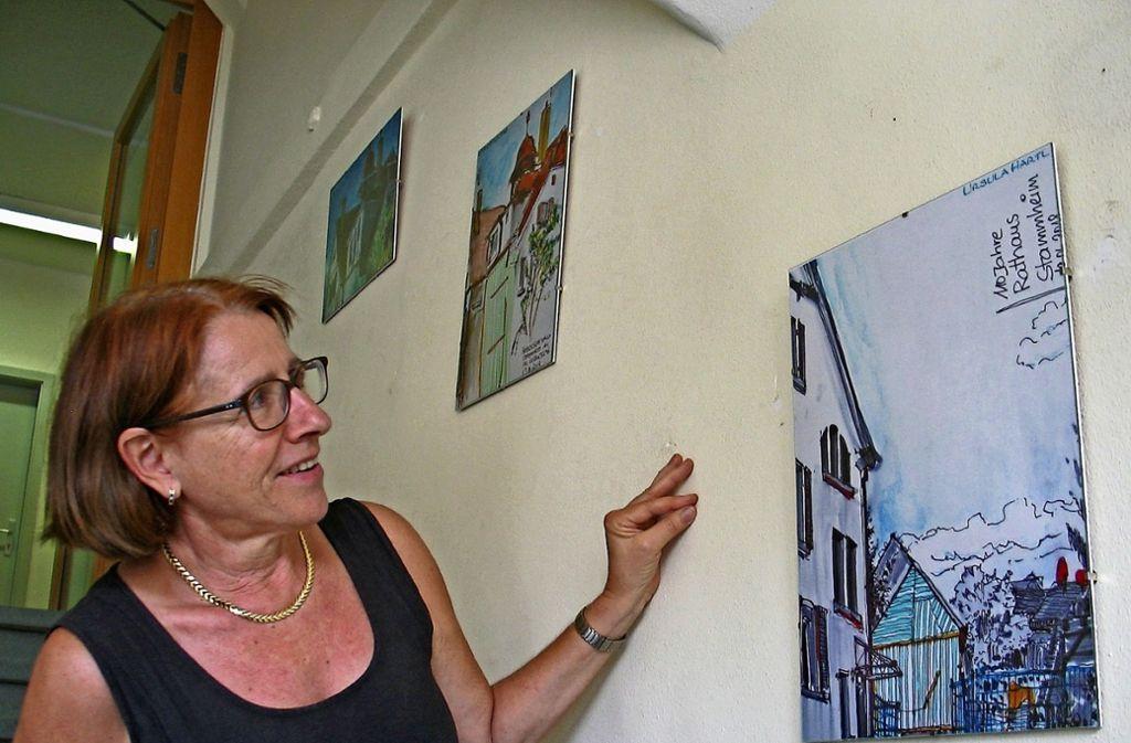 Bezirksvorsteherin Susanne Korge mit einigen der Zeichnungen der Urban Sketcher, die derzeit im  Bezirksrathaus zu sehen sind. Foto: Susanne Müller-Baji