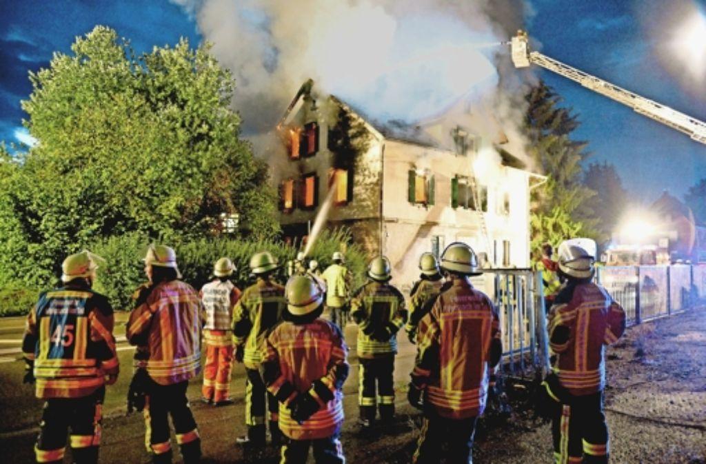 Die Feuerwehr löscht die Flammen. Doch das Haus  ist so stark zerstört, dass es abgerissen werden muss. Foto: dpa