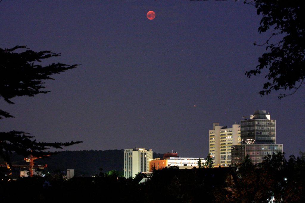 Der Mond im Kernschatten über Leonberg Foto: Frank Haug